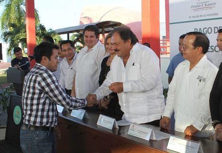 El alcalde Eduardo Espinosa Abuxapqui reconoció a cada uno de los instructores. (Cortesía/SIPSE)