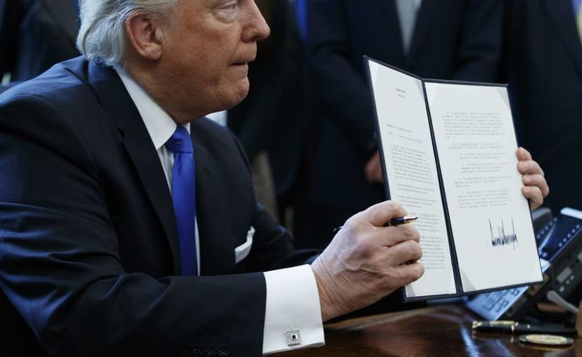 Este miércoles el presidente Trump firmaría una prohibición temporal a la gente que venga de algunos países de mayoría musulmana, tal como lo prometió en campaña. (AP/Evan Vucci)
