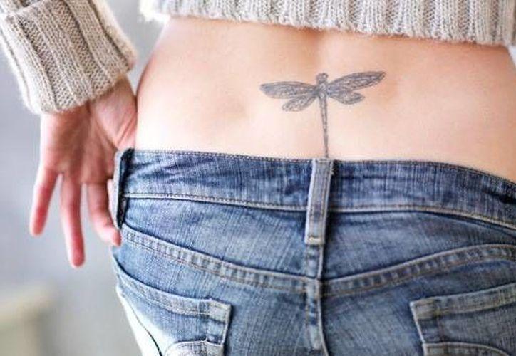El estudio se realizó con chicas que portaban tatuajes temporales en la parte baja de la espalda. (Corbis/actualidad.rt)
