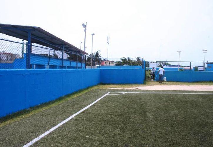 Esta semana empezaron con trabajos de pintura en el campo de fútbol soccer. (Lanrry Parra/SIPSE)