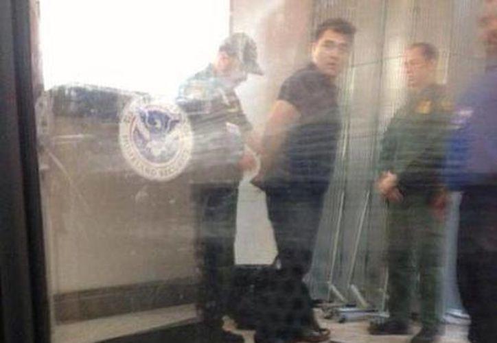 Ryan Grim, periodista del Huffington Post y quien acompañaba a José Antonio Vargas, publicó la foto en el momento en que es esposado por la Patrulla Fronteriza.(twitter.com/ryangrim)