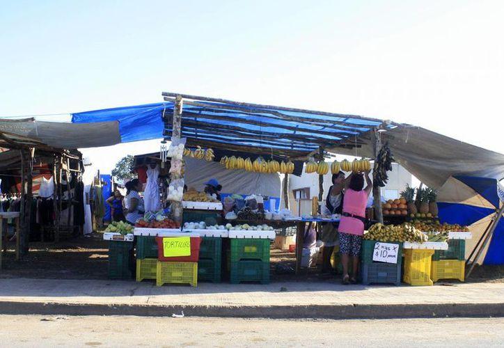El tianguis, se ubica sobre la calle Dominica entre Aruba y Granada, y está conformado por 127 pequeños comerciantes. (Harold Alcocer/SIPSE)