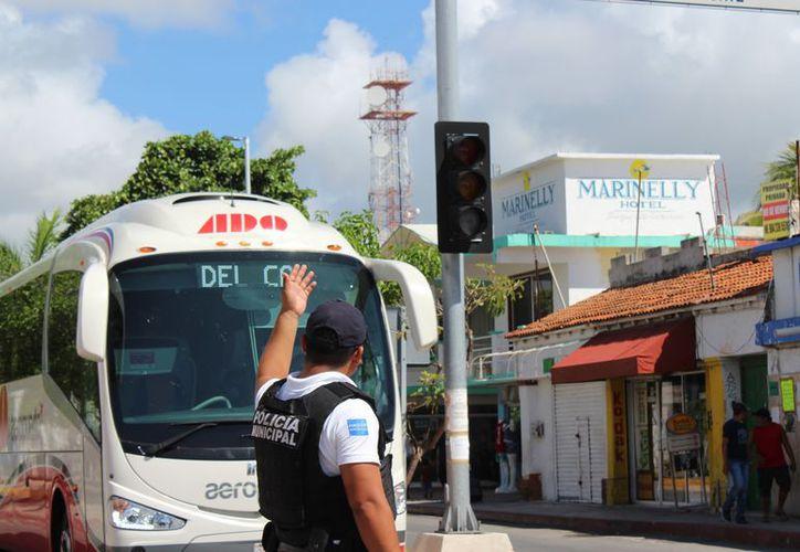 Elementos de Tránsito brindaron ayuda a los automovilistas durante el apagón de luz del domingo por la mañana. (Foto: Adrián Barreto/SIPSE)