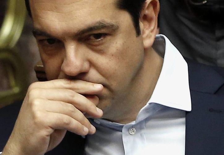 El primer ministro de Grecia Alexis Tsipras durante una sesión del Parlamento de emergencia para el referéndum propuesto por el gobierno en Atenas. Después de cinco meses de negociaciones infructuosas, las relaciones entre Grecia y sus acreedores se derrumbaron más. (Foto AP/Petros Karadjias)