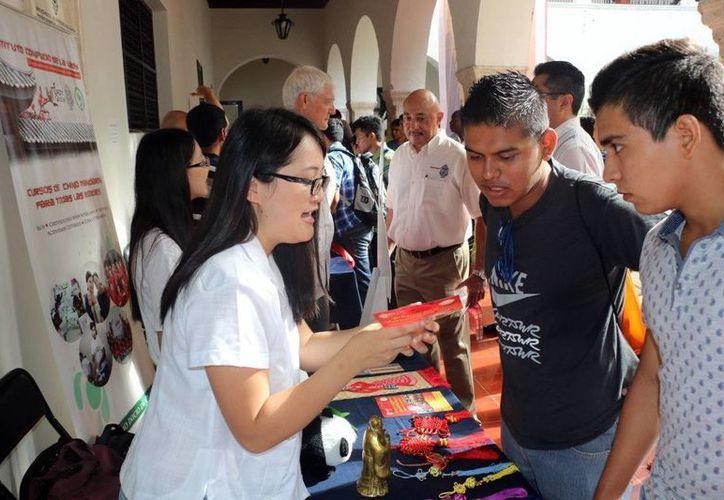 La 'Feria de inducción' fue dirigida a estudiantes de nuevo ingreso de Química e Ingeniería Química. Imagen del evento en el edificio central de la Uady. (Milenio Novedades)