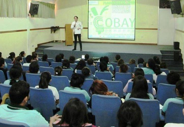 Estudiantes del Cobay recibieron capacitación para saber cómo buscar trabajo. (Foto cortesía del Gobierno de Yucatán)