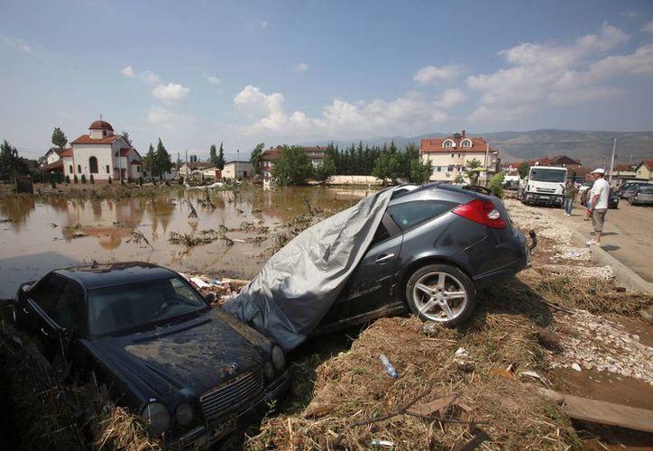 Hay zonas en la capital de Macedonia que han quedado intransitables por las intensas lluvias recientes. (AP)