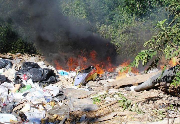 El tiradero de basura clausurado hace algún tiempo e incendiado el mes pasado, a la fecha todavía presenta fumarolas. (Archivo/SIPSE)