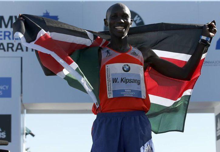 El maratonista Wilson Kipsang impuso nuevo récord del mundo en la distancia de los 42.195 kilómetros, al terminar el Maratón de Berlín. (Agencias)
