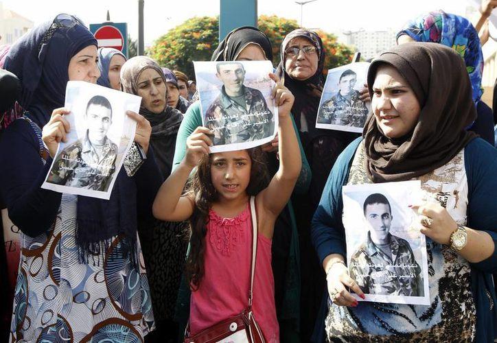 Familiares de más de veinte soldados y policías libaneses capturados por grupos yihadistas sirios participan en una protesta en Beirut para solicitar al Gobierno libanés que acepte el canje de presos exigido a cambio de la liberación de los uniformados. (Archivo/EFE)
