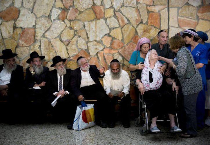 Iza Gobberg llora en el funeral de su hijo Alon en Jerusalén, quien murió el martes pasado cuando dos palestinos abordaron un autobús en Jerusalén y empezaron a disparar y acuchillar a la gente. (Agencias)
