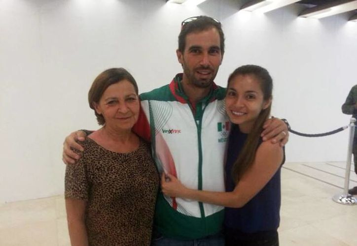 La madre y esposa del velerista David Mier y Terán Cuevas acudieron a despedirlo que viajó rumbo a los Juegos Olímpicos Río 2016. (William Sierra/Milenio Novedades)
