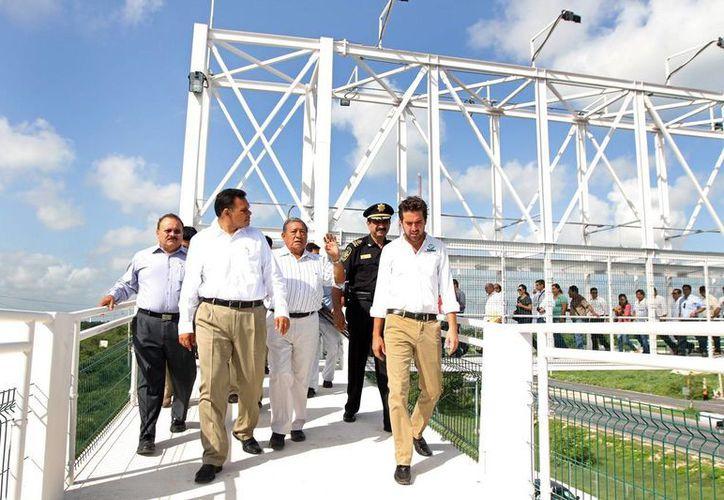 El gobernador Rolando Zapata y su comitiva recorren el nuevo puente peatonal en el Periférico. (SIPSE)