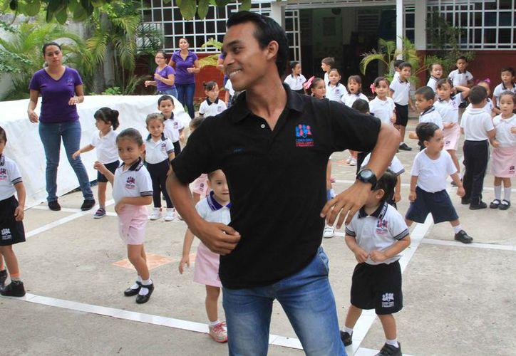 Abad Miranda, maestro de coreografía, será la persona que esté al frente del grupo de ciudadanos para que sigan los pasos del baile. (Foto: Joel Zamora/SIPSE)