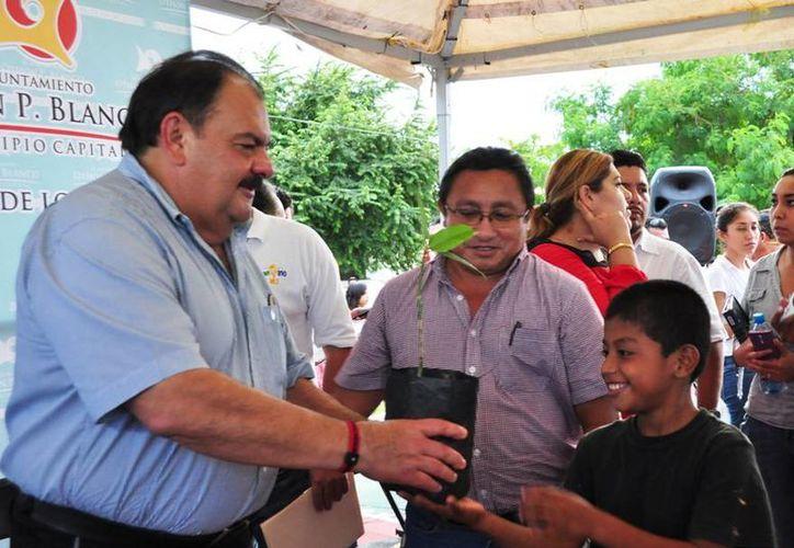 En su visita a la colonia Lagunitas, el alcalde entregó alrededor de 50 plantas de ornato. (Cortesía/SIPSE)