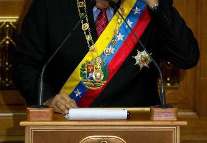 El presidente venezolano Nicolás Maduro se seca la frente mientras pronuncia su informe anual sobre el estado de la nación, en Caracas, Venezuela. (Agencias)