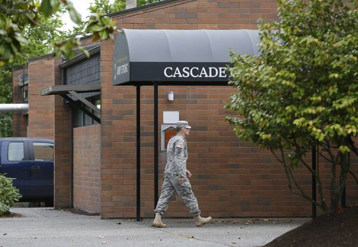 Un soldado camina a las afueras del edificio que alberga la sala del tribunal militar donde se realiza la audiencia en contra del sargento Robert Bales. (Agencias)