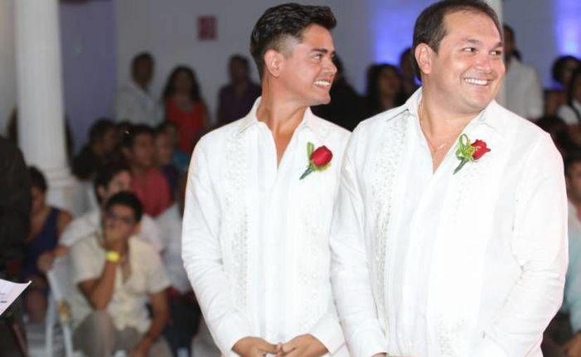El Frente Nacional por la Familia se manifiesta ante el creciente empuje de las bodas homosexuales, la renta de vientres, etc, etc. En la foto, de 2013, Javier Carrillo y Ricardo Góngora, primer matrimonio gay en Yucatán. (Milenio Novedades)
