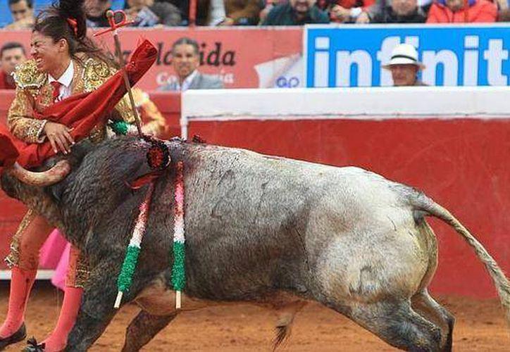 Momento en que Karla de los Ángeles es corneada por 'Gamusino'. (Foto EFE en www.abc.es)