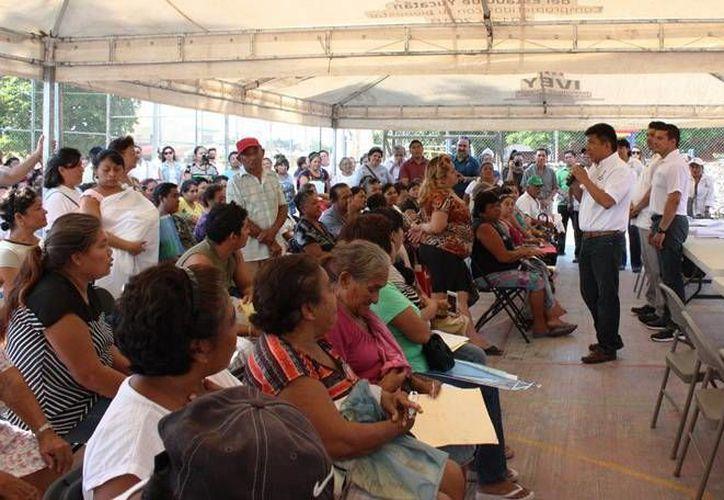 Funcionarios del IVEY durante el encuentro con los vecinos de Mulchechén. (Milenio Novedades)