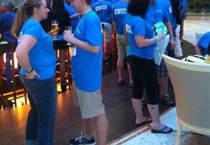 El evento empresarial, que por primera vez es organizado en la ciudad de Cancún, busca exceder las expectaciones del público asistente; en la foto, algunos asistentes previo a la inauguración oficial del evento. (Twitter/@MikeButts)