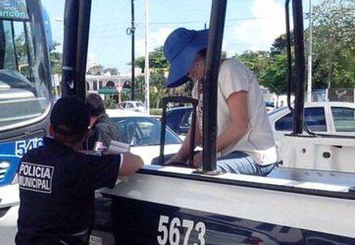 La pasajera fue detenida por el delito de alteración de orden público y lesiones. (Redacción/SIPSE)