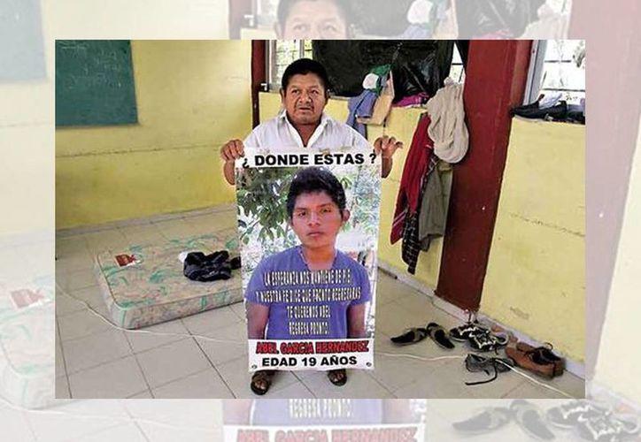 Sergio García Aristeo dejó su casa en el municipio de Teconapa, en la Costa Chica en Guerrero, para unirse a la búsqueda de los jóvenes, entre los cuales está su hijo. (Octavio Hoyos/Milenio)