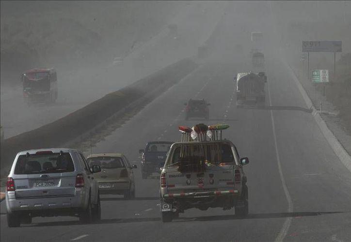 La carretera Panamericana, en la región del Chasqui en Ecuador, quedó cubierta de ceniza tras la erupción del volcán Cotopaxi, este sábado. (EFE)