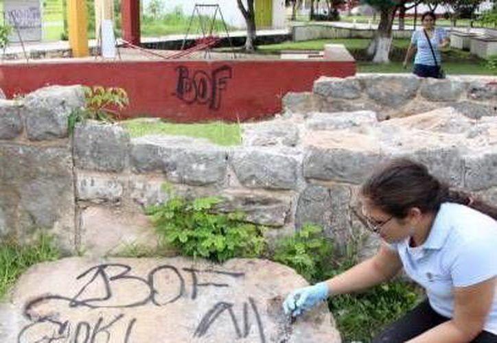 El problema no es pintar con spray un vestigio arqueológico, sino lo que toma removerlo, pues se desprenden piezas de rocas que en algunos casos son vestigios arqueológicos. (SIPSE)