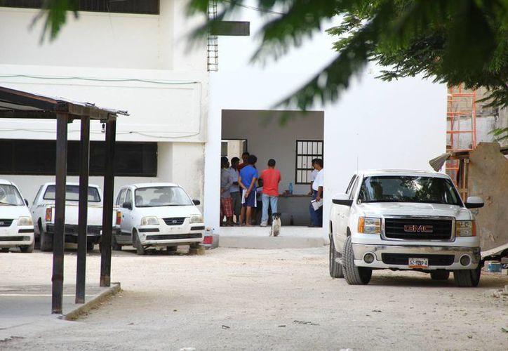 Hasta las 18 horas, los comuneros permanecían sin ingresar al cuadro de la Cárcel. (Gonzalo Zapata/SIPSE)