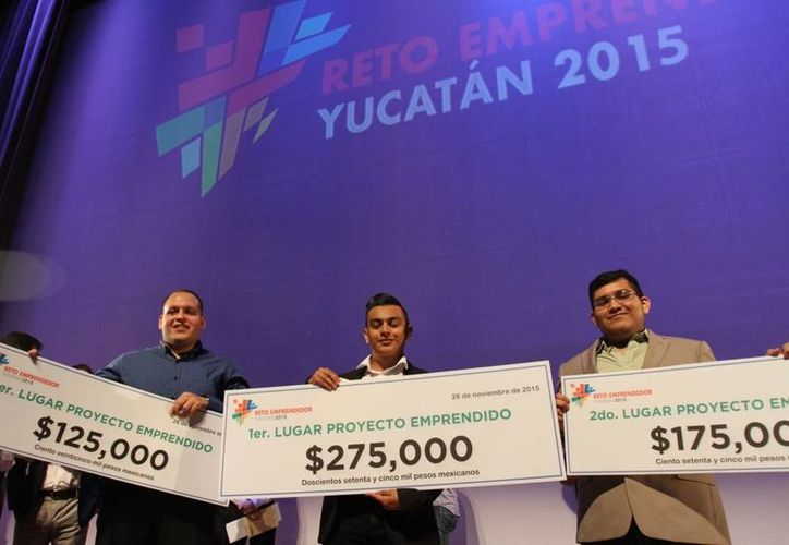 Estos son los tres grandes ganadores del Reto Emprendedor 2015. En el centro, Moisés Pech Córdova, que triunfó con Vanderdroid, plataforma de eficiencia energética que se ayuda de smartphones. (SIPSE)