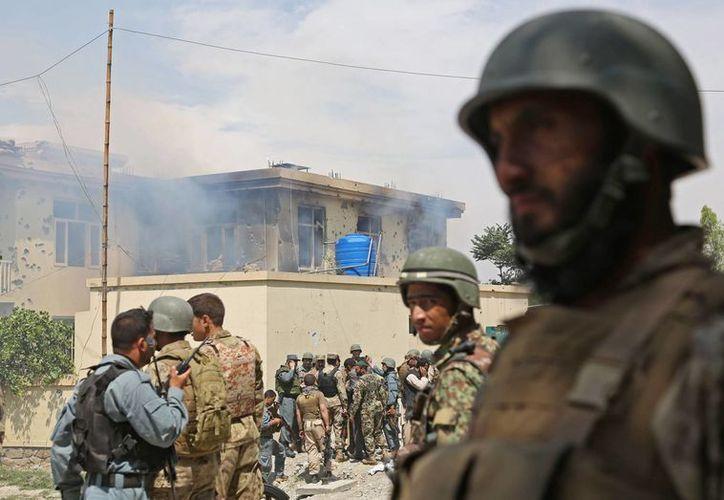Agentes de la policía afgana llegan a un edificio que fue atacado por talibanes en Jalalabad, al este de Kabul, Afganistán. (Agencias)