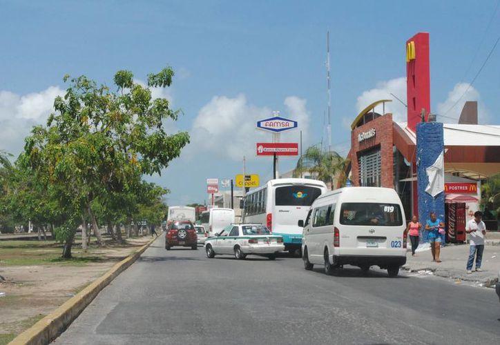 Las autoridades policíacas realizan investigaciones en el paradero que está frente a la terminal de autobuses. (Redacción/SIPSE)