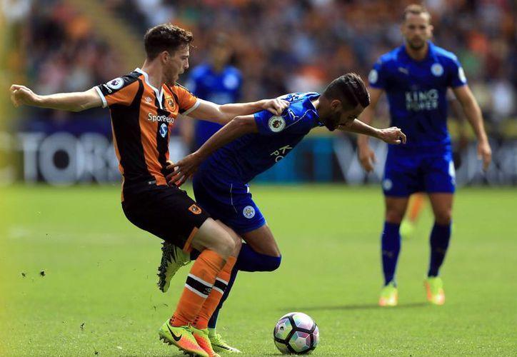 El futbolista del Hull Adama Diomande abrió el marcador con un remate acrobático en el inicio de la competición del futbol inglés. (Nigel French/AP)