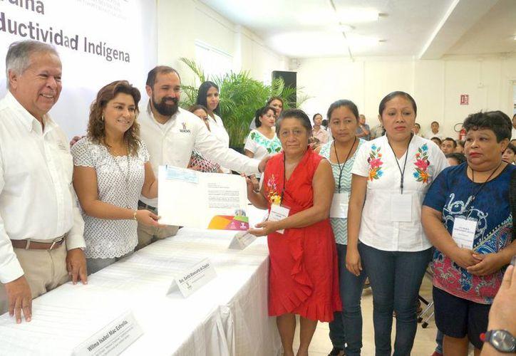Mujeres recibieron el apoyo de la presidenta del DIF y Sara Blancarte de Zapata, y el encargado del despacho de la dependencia sede, Francisco Lezama Pacheco. (Milenio Novedades)
