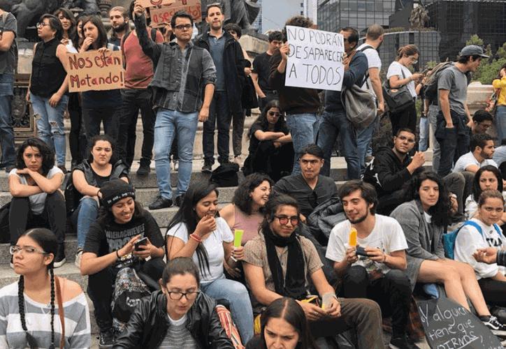 Miles de personas, estudiantes y familias en general, se manifiestan para pedir un alto a la violencia. (Televisa News)