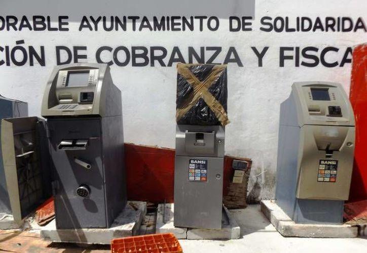 Sólo una de las cuatro empresas que presta servicios ya retiró y cambió los cajeros que tenía en la zona. (Daniel Pacheco/SIPSE)