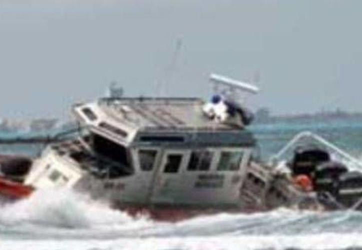 La embarcación de los pescadores extraviados fue remolcada al puerto de Celestún. (Óscar Pérez/SIPSE)