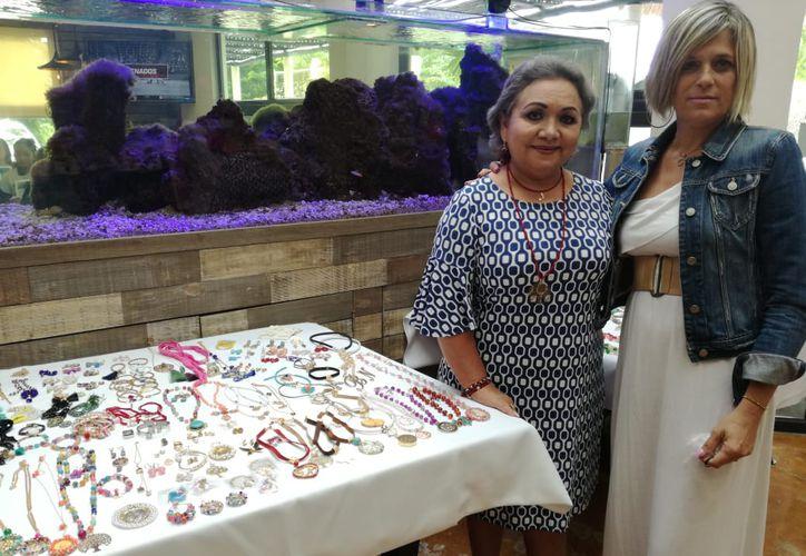 A la diseñadora le gusta acudir  a puntos de venta junto con Gretel Vall, otra empresaria local. (Adrián Barreto/SIPSE)