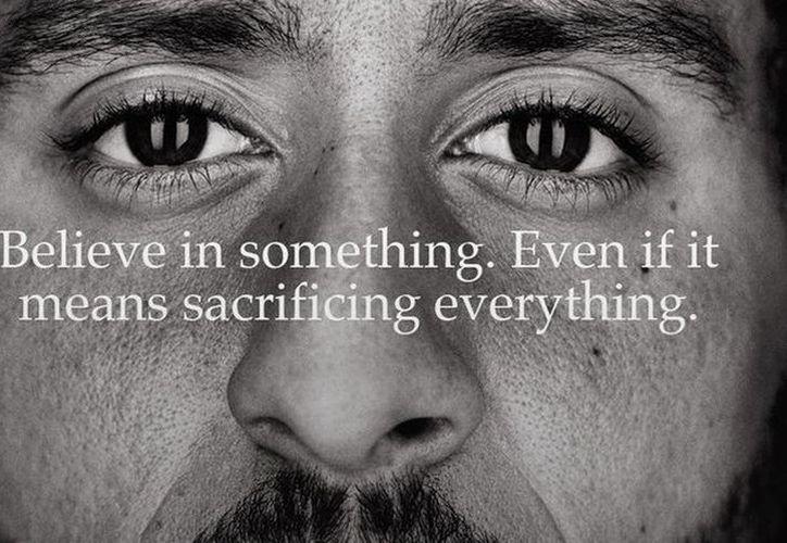 Colin Kaepernick, símbolo de las protestas antirracistas en la NFL, es la imagen de la nueva campaña de Nike. (Twitter)