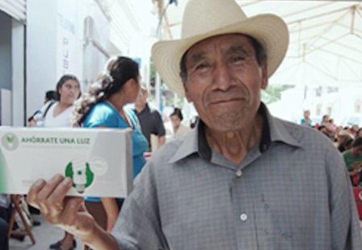 Imagen de un poblador al momento de recibir su dotación de focos ahorradores. Los focos incandescentes ya no se venden en el país. (Sener)