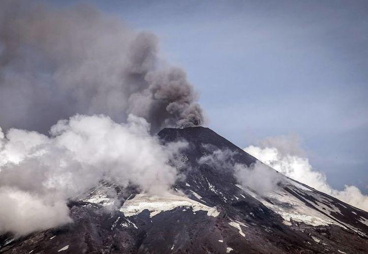 Imagen del 5 de abril de 2015 del volcán Villarrica, que hoy lanzó una fumarola que alarmó a los vecinos. El coloso ya hizo erupción el pasado 3 de marzo. (Foto:AP/Claudio Santana)