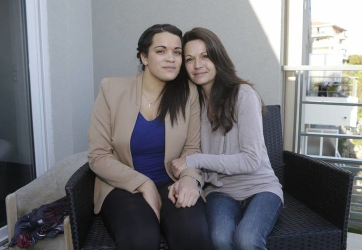 Sophie Serrano (der), descubrió que Manon no era su hija biológica tras realizarse una prueba de ADN. (Agencias)