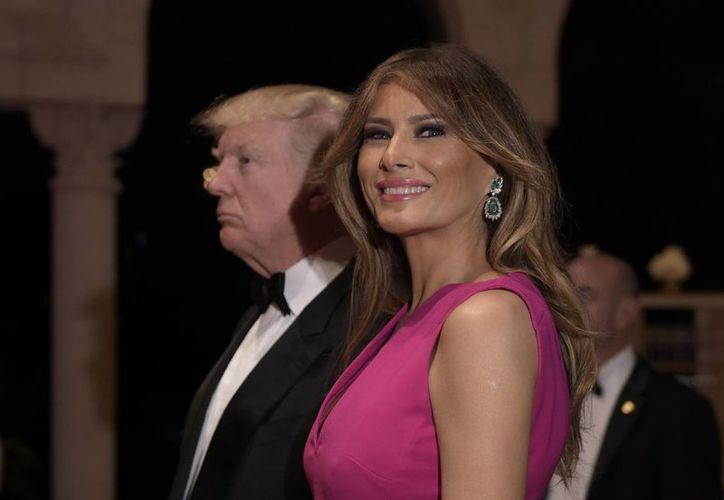 El presidente Donald Trump y la primera dama en su arribo a la 60ª Gala de la Cruz Roja anual en Palm Beach, Florida, este pasado sábado. Melania demanda al Daily Mail por llamarla 'prostituta de lujo'. (AP Photo / Susan Walsh)