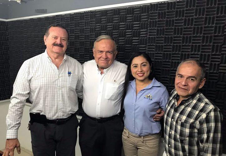 """Jorge Barrera con los invitados de esta semana al programa radiofónico """"Salvemos una vida"""". (Milenio Novedades)"""
