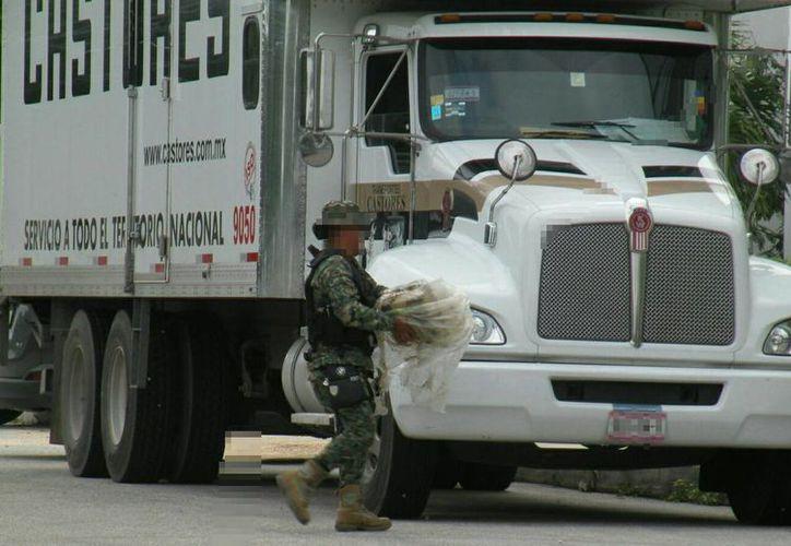 El camión de mudanza de la empresa Castores trasladaba los más de 50 costales. (Eric Galindo/SIPSE)
