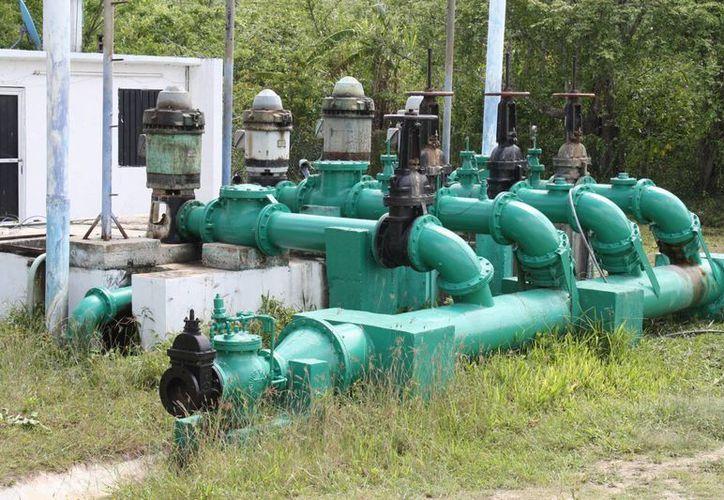 Especialistas monitorean el agua bombeada para los domicilios. (Israel Leal/SIPSE)