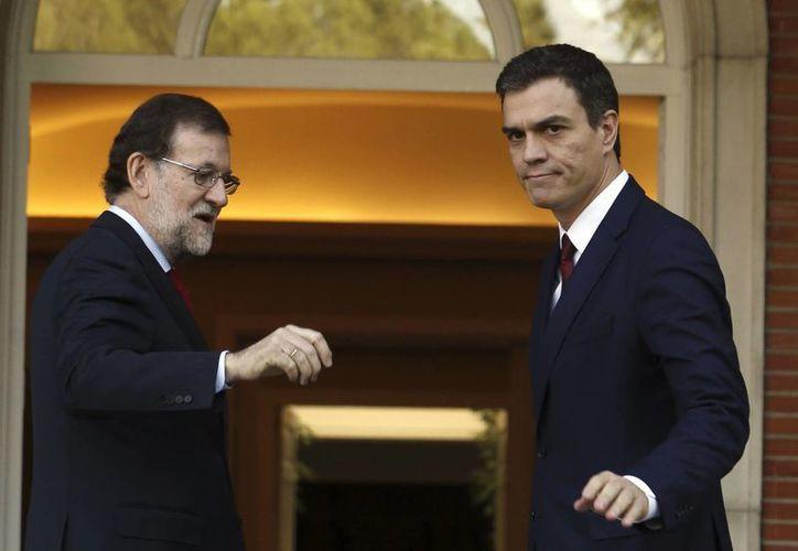 El presidente del Gobierno, Mariano Rajoy (i), recibe en el Palacio de La Moncloa -sede del Ejecutivo- al líder del PSOE, Pedro Sánchez, quien le negó su apoyo para formar gobierno. (EFE/Archivo)