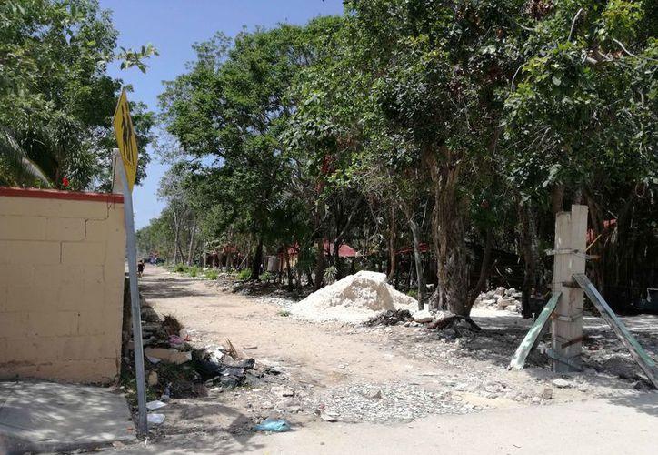 Un grupo de personas intentó instalarse para vivir en terrenos colindantes con la escuela primaria Ford y el desarrollo Aldea Zama, en Tulum. (Sara Cauich/SIPSE)