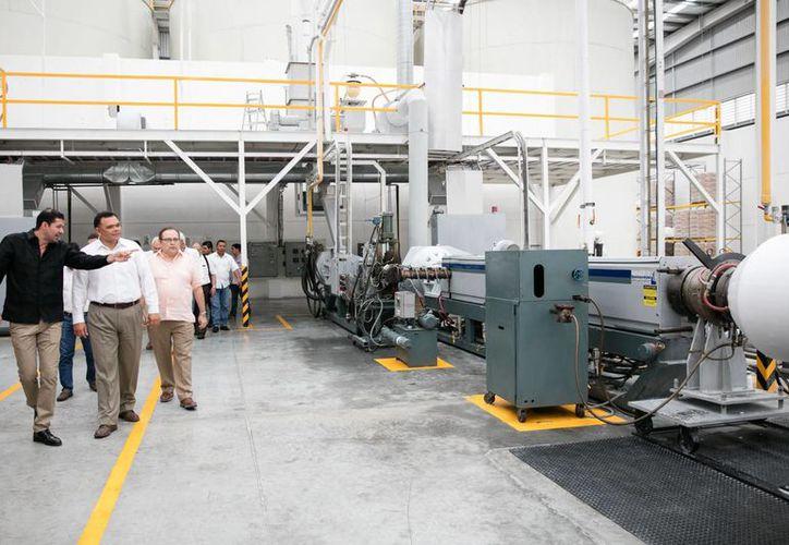 Grupo Reyma, dedicado a la producción de charolas y bolsas, expande su planta en Yucatán. En la foto, el gobernador Rolando Zapata durante un recorrido por la planta. (Fotos cortesía del Gobierno)